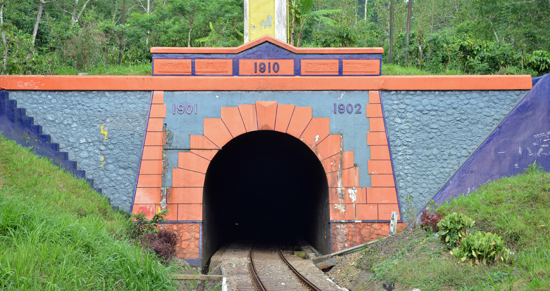 The gelling of the Mrawan railway tunnel required injection behind the solid, 90 cm thick masonry arch.
